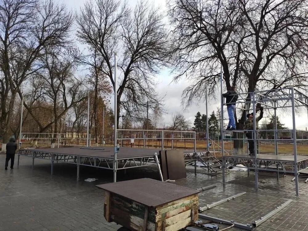В парке отдыха устанавливают новую сцену