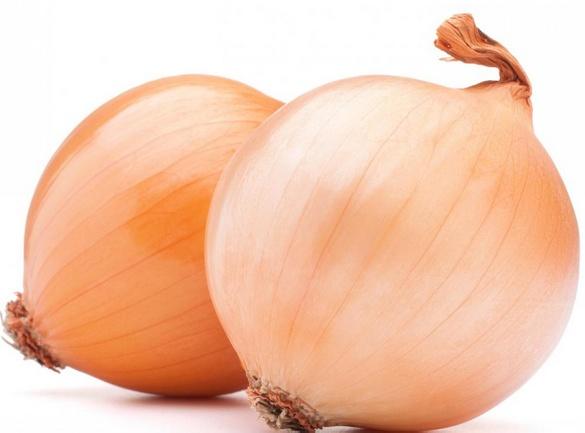 Лук обычно измельчают и добавляют в салат из морепродуктов.