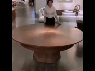 Деревянный круглый раздвижной стол.