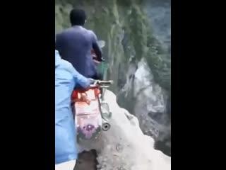 Езда на мотоцикле по горам в Индии