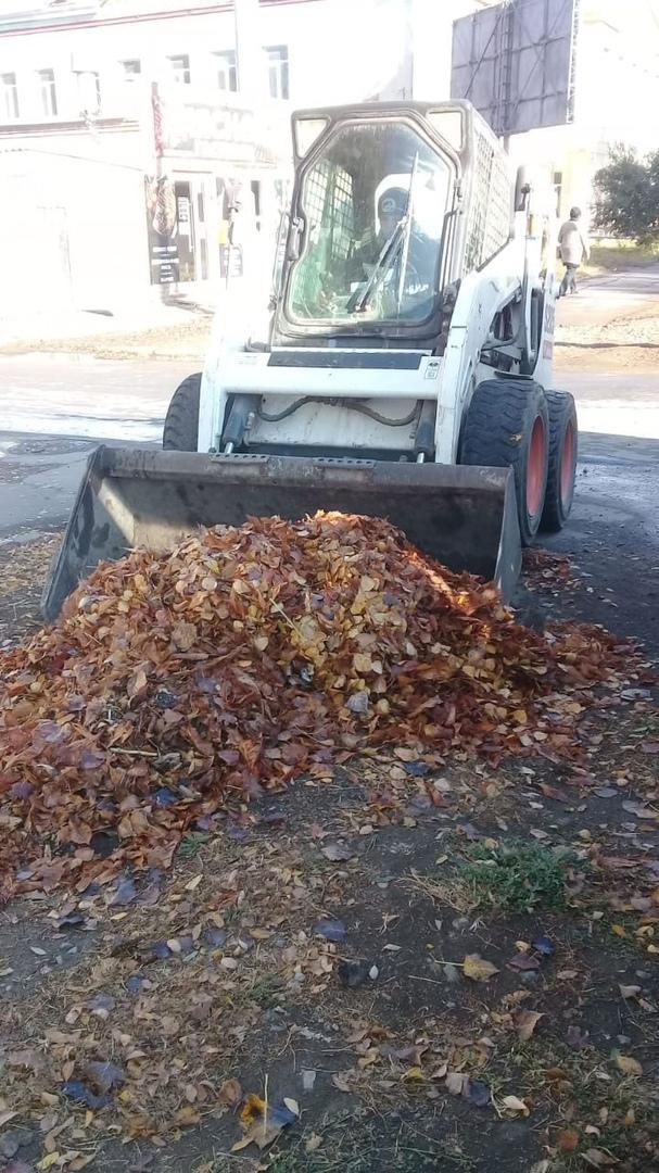 МКУ «Благоустройство»:  выполняются работы по уборке газонов - сбору и вывозу опавшей листвы