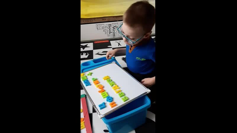 Андрейка выполняет домашнее задание по русскому языку