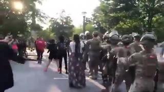 Нацгвардия танцует Макарену с протестующими в США 2020... праздник какой-то, а нет, просто протесты. 114 копов пострадало на  · #coub, #коуб