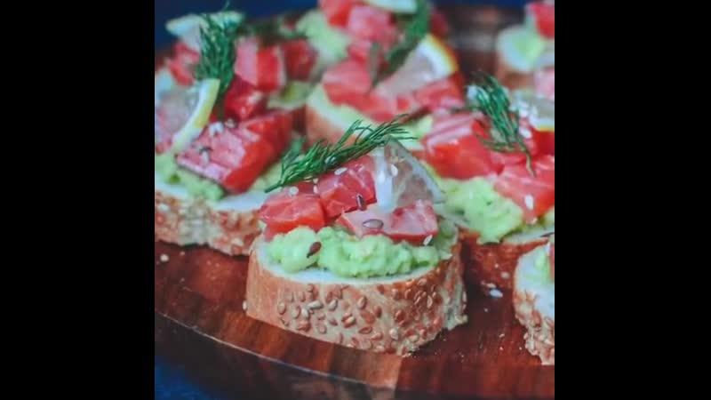 Тартинки с красной рыбой и авокадо