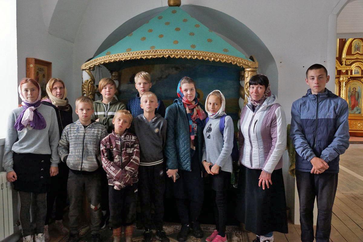 Пинежские школьники потрудились в Веркольском монастыре и узнали о святом отроке Артемии