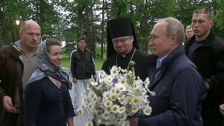 Владимир Путин и Александр Лукашенко посетили древний монастырь на острове Коневец.