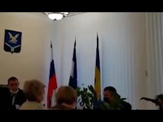 Жительница Кабардино-Балкарии заявила в полицию на чиновников, которые поставили флаг России не туда