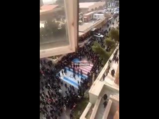 Протестующие в Иране обходят флаг США и Израиля NR