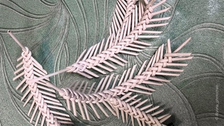 Еловая ветка из обрезков трубочек