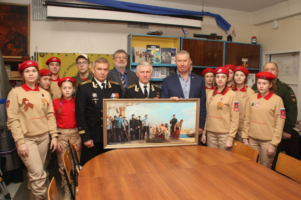 Школьному музею и юнармейскому отряду подарена картина Н.П. Тюрина «Адмирал Нахимов в Синопе».