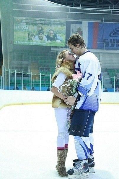 Хоккеист и девушка фото