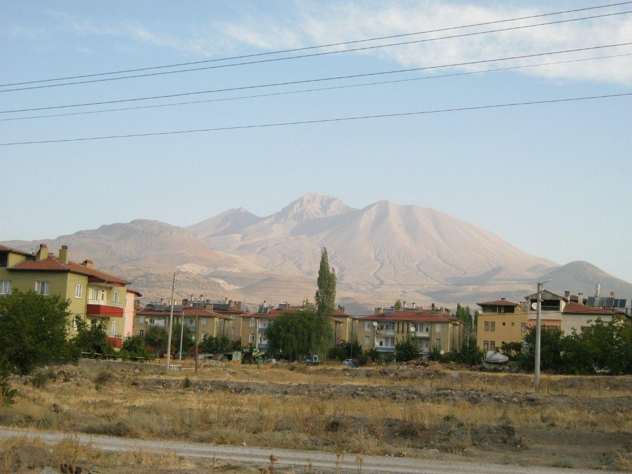 вулкан Эрджияс видно с дороги