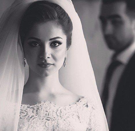 Я стояла в свадебном платье,смотря на себя в зеркало.Светлые кудри был