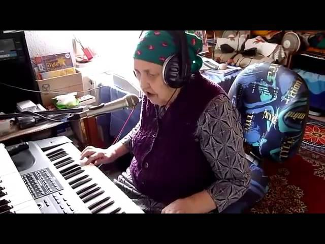 Бабушка играет на синтезаторе и красиво поёт Восхищаюсь!