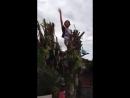 Парня ударило током, когда он пел на дереве