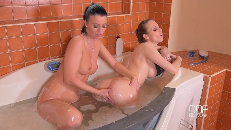 Vicky Love, Mary Wet - Squeaky Clean - Lesbians Play In Tub With Toys (2016) DDFNetwork : Lesbians, Brunette, Masturbation, Teen