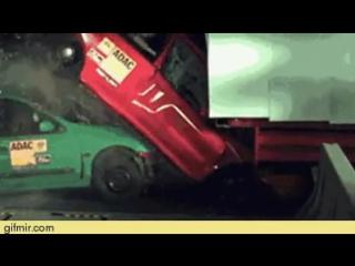 Краш-тест грузовика и двух легковушек