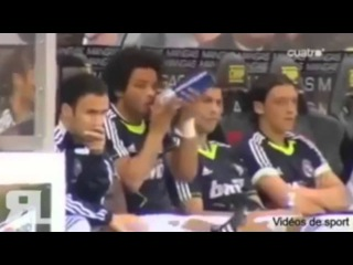 Роналду учит Марсело открывать бутылку с водой