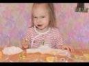 Катя пробует фрукты Лимон лайм киви и апельсин ЕЕ смешная реакция