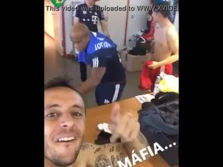 Futbolista graba cuando masajista se gana con amigo ( 716 x 572 ).mp4