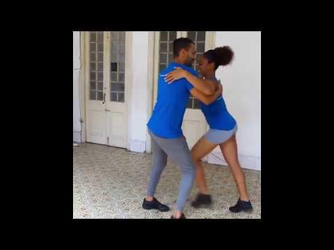 Sevgilisiyle evinin kapı önünde dans ediyor