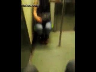 Me masturbo y me vengo frente a chica en el metro