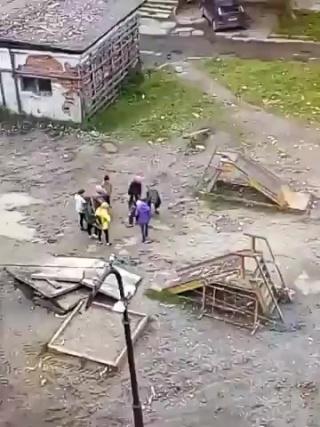 В Беломорске откапывают ребенка, который застрял на детской площадке
