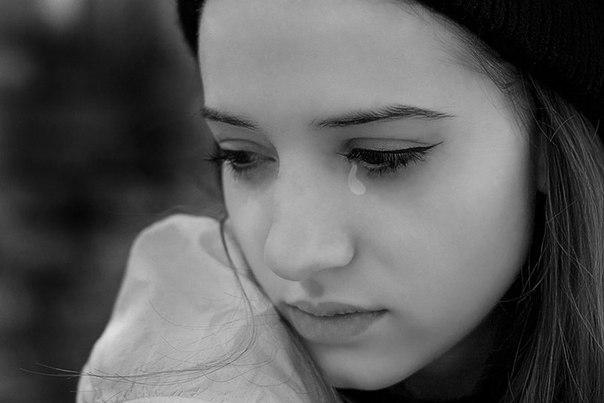Девочка пришла домой вся в слезах Мама спросила у нее в чем дело, но на это она закрыла дверь в комнату. Две недели девчушка сидела дома, ни куда не выходила, на звонки не кому не отвечала.