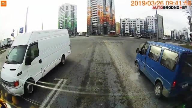 Водитель в белом фургоне спас жизнь человеку · coub коуб