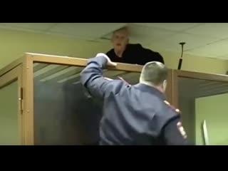 Обвиняемый в жестоком убийстве сестры попытался выбраться из зала суда через потолок