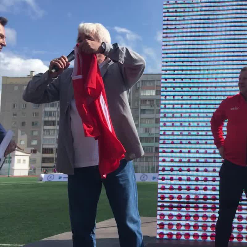 Челябинскому губернатору подарили футболку