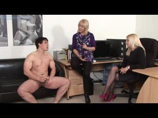 Женщины смотрят как дрочит и кончает мужчина (cfnm, handjob, cumshot, wank, jerking, orgasm, сперма, эякуляция, мастурбация)