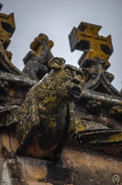 Томар,Замоктамплиеров Главная твердыня португальских тамплиеров и их наследников, ордена Христа. Заложена в качестве орденского замка в XII веке, позднее обращена в монастырь. С годами под