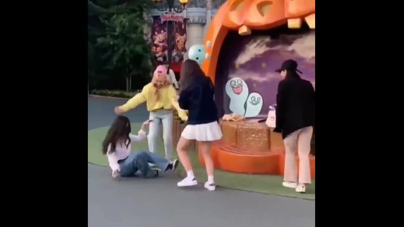 Heejin fell and choerry started laughing at her