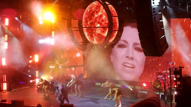 Lindsey Stirling feat Amy Lee - Love Goes On and On - live @Gasometer Vienna