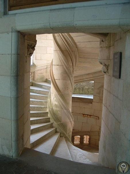 Лестница Леонардо да Винчи в Замке Шамбор Одна из самых необычных деталей в интерьере замка Шамбор во Франции - винтовая лестница в виде двойной спирали. Существует версия, что автором идеи