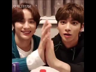 They touched hands and compared their hand sizes im crying😭😭😭