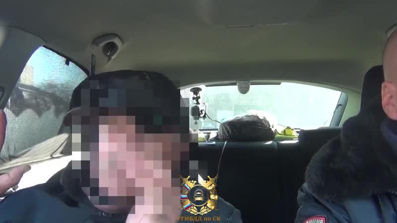 В Ставрополе полицеские задержали пьяного таксиста толкавшего свою машину