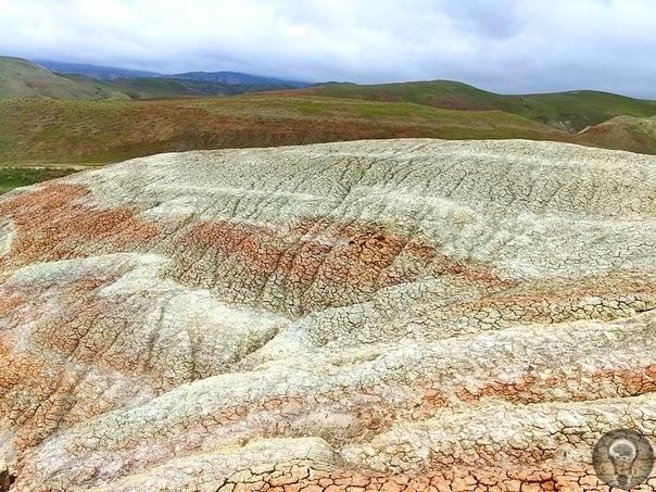 ЗА ЯРКИМИ КАРТИНКАМИ. РАЗНОЦВЕТНЫЕ ГОРЫ Примерно в 100 км от Баку, в одном из живописных районов Азербайджана, можно встретить разноцветные горы Хызы. Волнистые полосы образуют невероятные
