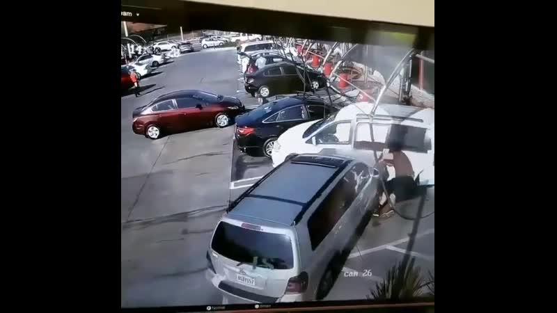 На этом видео два водителя один из которых идиот а второй везучий