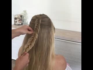 Красивая косичка с лентой и распущенные волосы
