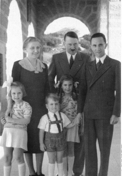 ГЕНЕРАЛЫ БУЛЬВАРНЫХ РОМАНОВ Ноябрь 1941 года. Полыхает Вторая мировая война. Европа повержена к ногам Гитлера. В осадном положении Москва. Мир, затаив дыхание, следит за событиями в Старом