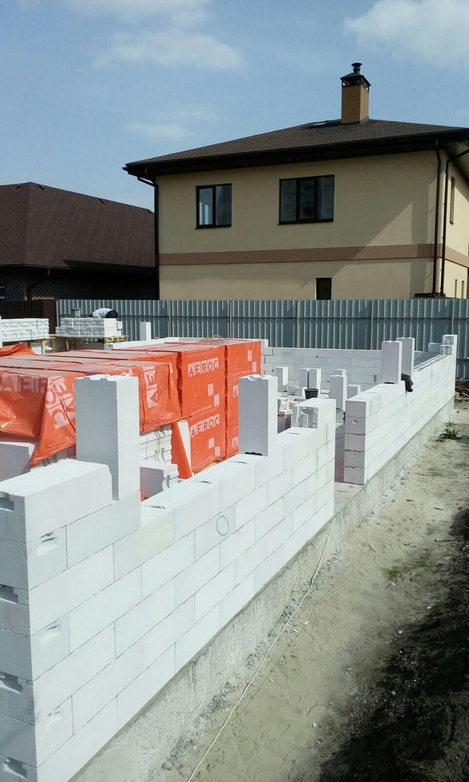 Может кто-нибудь подсказать строительную компанию, которая может построить дом из газобетона.