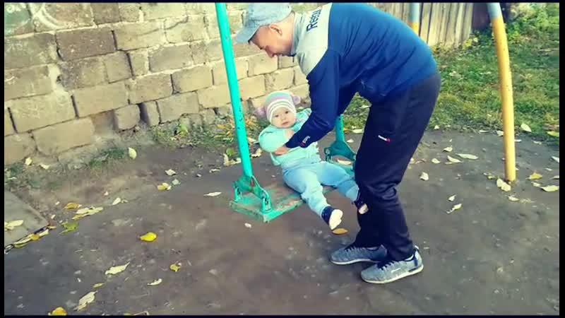 папа качает дочу на качельках в одном из дворов двуреченск (а), а я их симаю на видео, загружаю на добродушное и мил