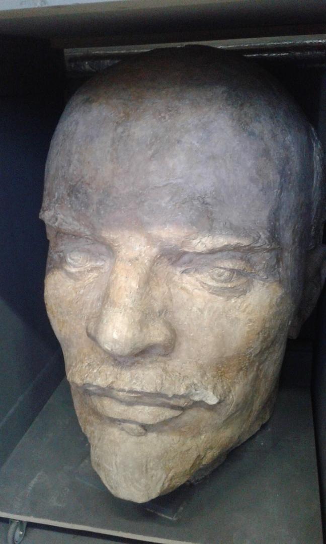 Голова памятника В. И. Ленину