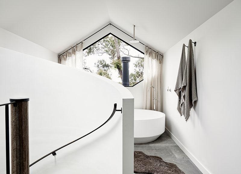 Небольшой черно-белый пляжный дом на холме в Австралии