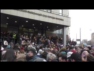 Люди около Кунцевского суда во время оглашения приговора Егору Жукову