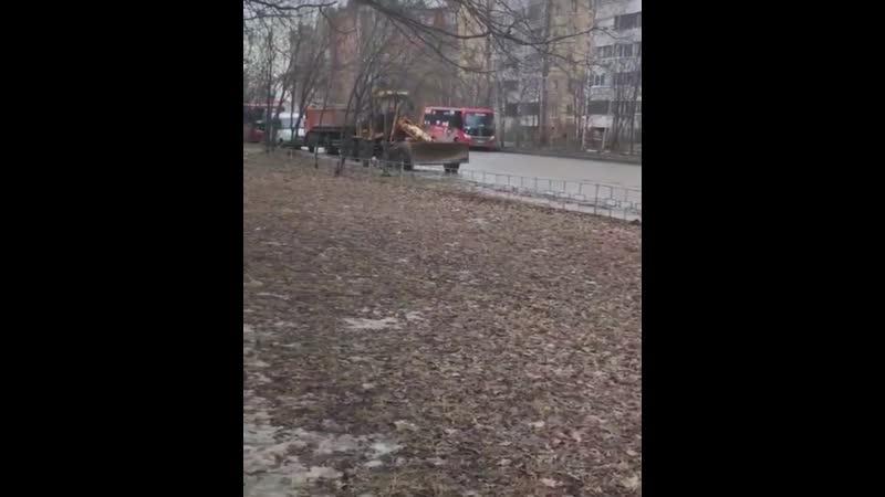 Вот так у нас убирают город, гуляю в дубовой роще (Новоселов 60) уже 1,5часа. Двигатели работаю бензин жгут, рабочие мирно посып