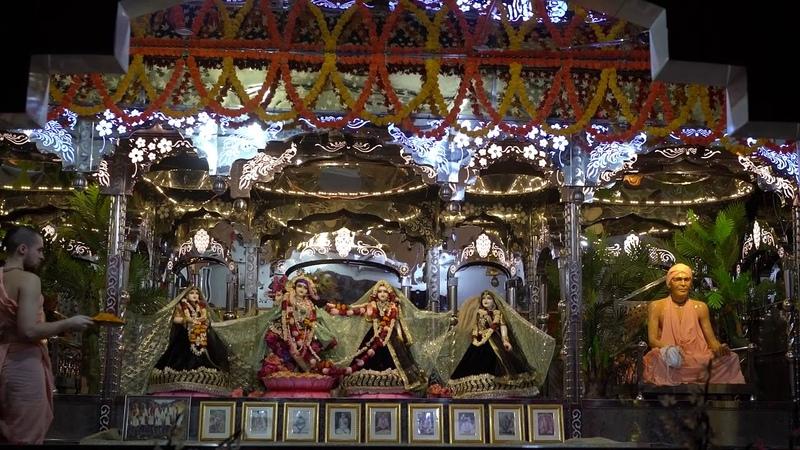 Mangala arati of Radha Vinoda Bihari in Sri Radhe Kunj
