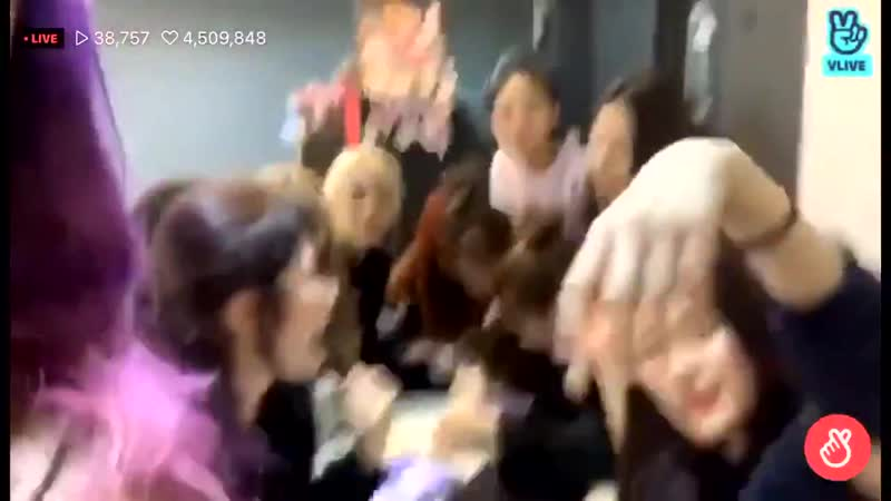 When hyunjin arm was hurting so choerry held the camera fo her, the second time this has happened